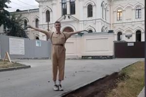 Петербургский тиктокер кидает дротик в карту города — и убирается там, куда попал. Он уже очистил территорию у Воскресенского монастыря и в Багратионовском сквере