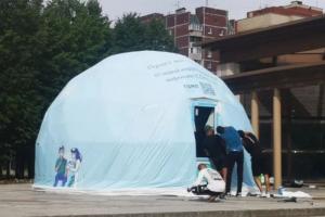 В парке 300-летия открыли первый шатер для вакцинации от коронавируса. Он может принимать по 50 человек в день