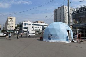 Петербуржцев теперь прививают в уличных шатрах. Горожане их высмеивают: сравнивают с цирком и предлагают вакцинировать в парадных