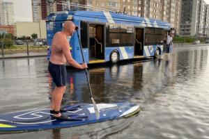 Дорогу в Приморском районе затопило —а петербуржец как раз захватил доску для сап-серфинга. Угадайте, что было дальше 🏄♂️