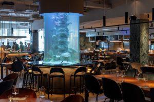 Это Sea, Signora — большой рыбный ресторан от шефа Антонио Фреза. С аквариумом в виде колонны и магазином морепродуктов 🐙