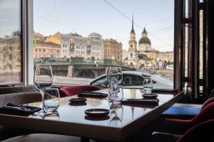 У цирка на Фонтанке открыли ресторан Gaetano. В интерьере — много зеркал и натурального дерева