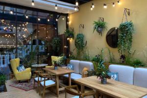 Ресторан Goose Goose открыл летнее пространство во дворе-колодце. Оно рассчитано на 25 мест, двор украсили живыми растениями 🌱