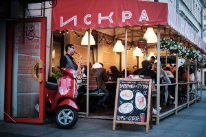 Этим летом в пиццерии «Искра» работает веранда с видом на Толстовский двор. В меню — новые позиции: пицца с инжиром, клубникой и лисичками