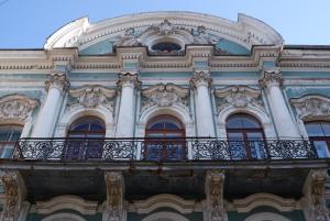 Пять красивых зданий Петербурга, мимо которых нельзя пройти: от дома с разными фасадами до копии французского дворца