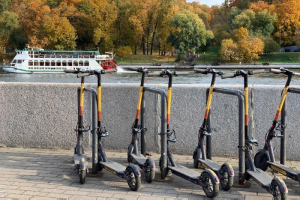 Комтранс предлагает парковать электросамокаты на станциях проката. Сервисы кикшеринга инициативу раскритиковали
