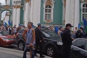 В Петербурге празднуют День ВДВ —несмотря на отмену массовых мероприятий. Десантники прошли по Миллионной улице и собрались на Дворцовой площади