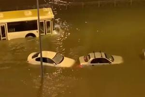 В Петербурге из-за ночного ливня затопило улицы. На севере города машины плавали в воде. Обновлено