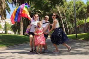 Квир-семья из рекламы «ВкусВилла» после угроз уехала из России