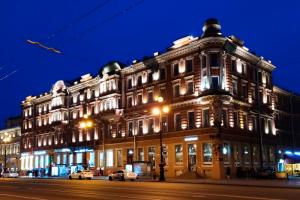 Дом Демидовых начал осыпаться на тротуар Невского проспекта. Фасады здания-памятника не ремонтировали с 2016 года