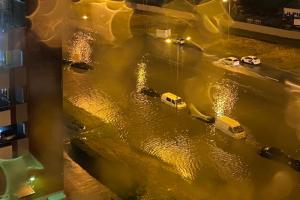 На улицах Петербурга образовались реки, а машины плавали по ним, как корабли. Смотрите, что происходило в городе этой ночью 🌧️