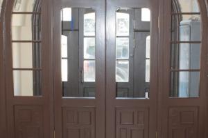 В доме Станового завершили реставрацию тамбурной двери в центральной парадной. Показываем фото до и после 🚪✨