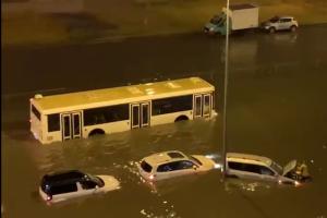 После ночного ливня Парашютную улицу затопило. В «Водоканале» извинились и рассказали, как планируют менять систему водоотведения на участке