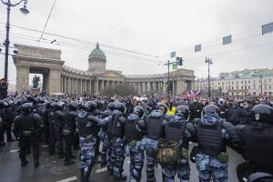 В Петербурге участника митинга в поддержку Навального приговорили к 4,5 года колонии — за нападение на сотрудника ГИБДД и полицейского