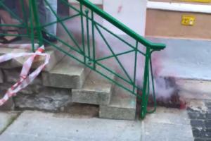 В Петербурге возбудили дело из-за детонации дымовой шашки у порога здания МО «Смольнинское». Вероятно, ее взорвали дистанционно