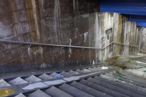 «Это не декорации для фильма ужасов, а всего лишь станция метро». В соцсетях показали «Дунайскую» — со следами протечек на стенах. Обновлено