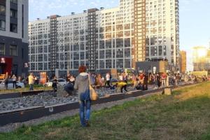 В Мурине — народный сход против застройки бульвара Менделеева. Утром там возобновили работы, сейчас жители сами укладывают плитку обратно