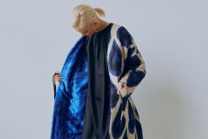 Летнее пальто — это не только петербургский мем, но и функциональная одежда. Рассказываем, почему и как выбрать