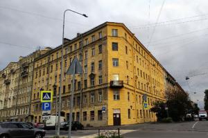 Фасад дома на Васильевском острове выглядит очень свежо — его покрасили! Но только с одной стороны