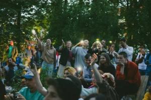В парке «Заросли» прошел фестиваль «Садовник». Участники собрали и установили там скамейки и пожертвовали 35 тысяч рублей на благоустройство