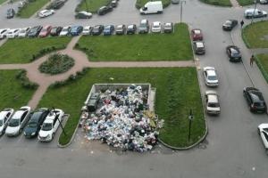 В Мурине — мусорный коллапс, у контейнеров горы отходов. Региональный оператор обещает решить проблему в ближайшие дни