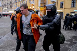 Петербургский суд приговорил к году колонии-поселения участника апрельского митинга. Мужчина напал на сотрудника ОМОНа у «Звенигородской»