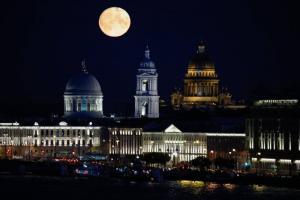 Посмотрите на огромную луну, заснятую с моста Бетанкура. Это последнее полнолуние лета