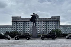 Как в Петербурге снимают экранизацию «Мастера и Маргариты» с актером из «Бесславных ублюдков» в главной роли. Рельсы за памятником Ленину и ретроавтомобили 🎬
