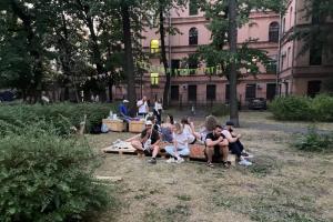 Власти пообещали сохранить обустроенный двор на Васильевском. Жители проведут там районный праздник — с концертом, стритболом и лекторием