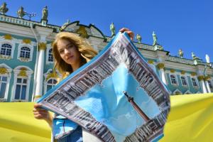 Платки с Эрмитажем и шоперы с Домом Зингера. В Петербурге выпустили официальные сувениры ❤️
