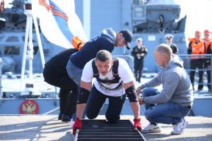 В Кронштадте установили мировой рекорд по трек-пулу — спортсмен передвинул корабль Балтийского флота весом 2 тысячи тонн