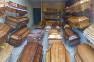 В России подорожала похоронная атрибутика. Цены на гробы и деревянные кресты выросли на 20–30 %