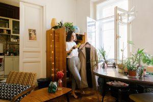"""«Я создала инстаграмный интерьер, обставив квартиру мебелью с """"Авито""""». Петербурженка рассказывает, как покупает и восстанавливает винтажные вещи"""