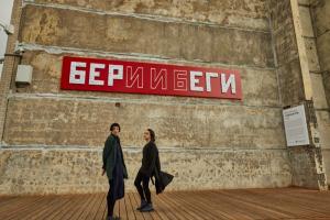 На стене в «Севкабель Порту» висят 40 тысяч пластиковых карт лояльности. Это новая инсталляция — она называется «Потребитель»
