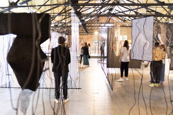 На какие выставки обратить внимание в августе. Портреты бездомных в саду, шедевр из Лувра в Эрмитаже и экспозиция в квартире