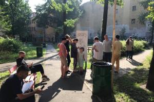 Власти пришли во двор на Васильевском, который благоустроили местные жители. Они попытались забрать у них скамейки