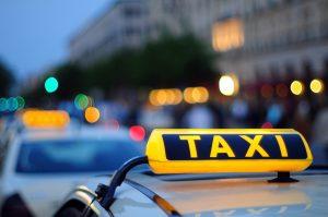 Петербургский таксист сбил инспектора, когда тот оформлял штраф за неправильную парковку. Теперь комтранс планирует обучить своих сотрудников самообороне
