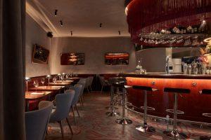 Это Ante seafood&bar — новый ресторан от создателей «Ателье» и Salone. Тут подают блюда из морепродуктов от Дмитрия Блинова, а интерьер вдохновлен фильмом «Казино» 🃏