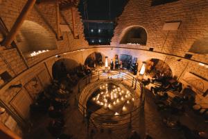 В Пскове сыграли классическую музыку в средневековой крепости. Посмотрите на ночную Варлаамовскую башню после реставрации