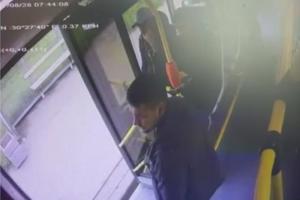 В Петербурге безбилетники поругались с кондуктором автобуса, один из них выстрелил из газового пистолета. Мужчин задержали