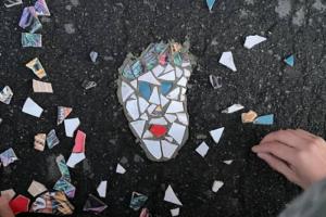 Жители Семенцов вновь заделали ямы, выложив в них мозаику. На этот раз — в форме сердца и «соседа Ивана»