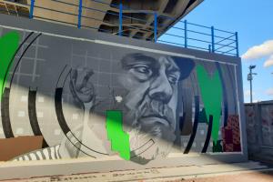 Под мостом Бетанкура появился огромный портрет Довлатова. Его создали уличные художники Стас Багс и Миша Верт