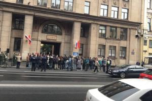 На Невском возложили цветы в память о жертвах блокады. Прохожих просили обходить участок тротуара, если они не участвуют