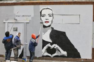 Коммунальщики закрашивают портрет Марии Колесниковой в Петербурге. Одно фото