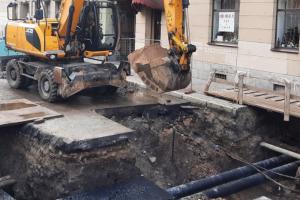 Во Фрунзенском районе женщина провалилась под землю и ошпарила ногу