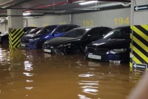 На Заневском ночью затопило подземный паркинг — воду откачивают до сих пор. Пострадали два десятка машин, говорят очевидцы