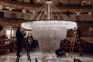 В Мариинском театре помыли знаменитую люстру весом 2 тонны. Посмотрите, как сотрудники вручную чистят 23 тысячи подвесок