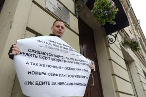 «Меня придушили, упирались коленом в шею». Как полиция выводила кандидата Никиту Сорокина с участка, который подозревают в фальсификации