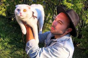 Петербургский кот Иосиф стал звездой за рубежом. Про него писали People и Daily Мail — всё из-за глаз разного цвета 🔵🟡