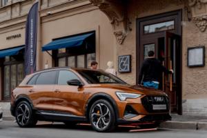 Это Audi e-tron — электроавтомобиль без выхлопных труб, который можно парковать бесплатно. Рассказываем, как он устроен